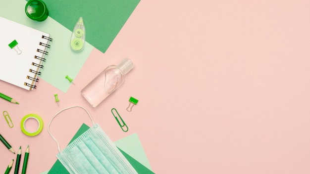 Vista superior de suministros verdes sobre fondo rosa