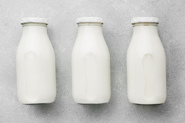 Vista superior surtido de botellas de leche fresca