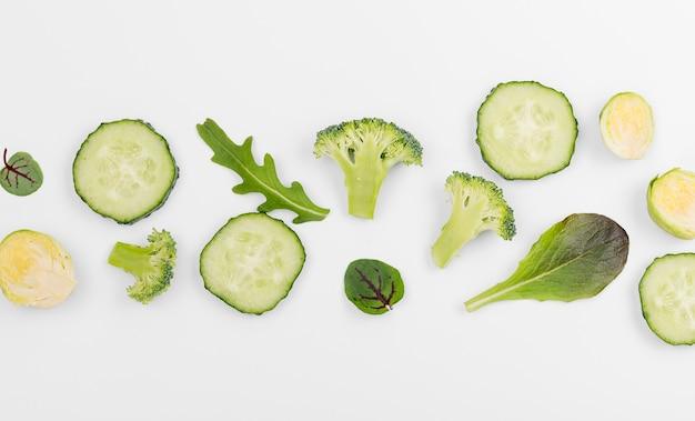 Vista superior surtido de brócoli y rodajas de pepino