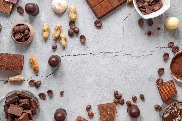 Vista superior de surtido de chocolate sobre fondo claro con espacio de copia