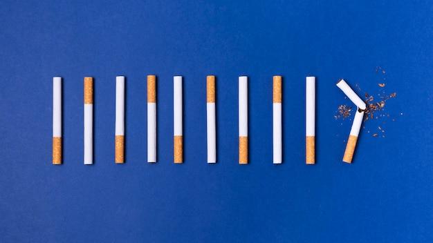 Vista superior de surtido de cigarrillos
