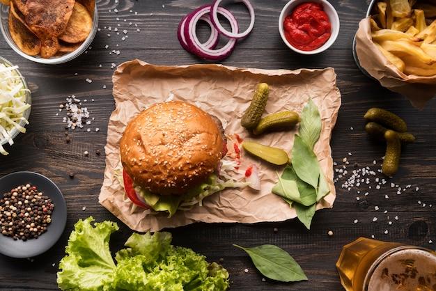 Vista superior surtido creativo con menú de hamburguesas