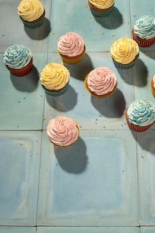 Vista superior surtido de cupcakes deliciosos