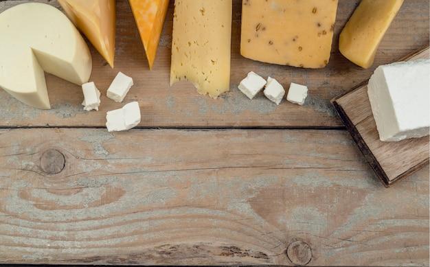 Vista superior surtido de deliciosos quesos sobre la mesa