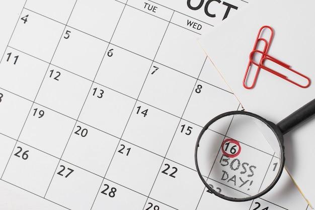 Vista superior del surtido del día del jefe en el calendario