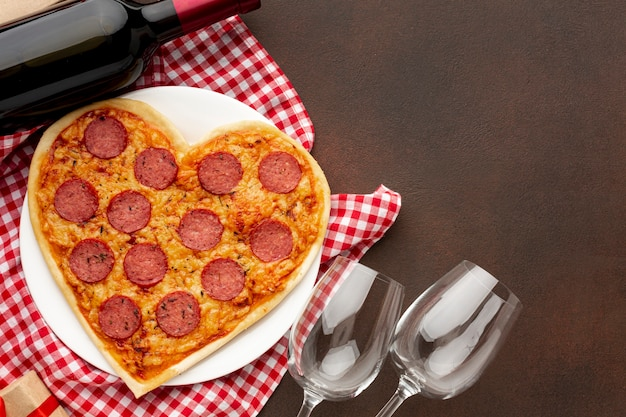 Vista superior surtido de día de san valentín con pizza