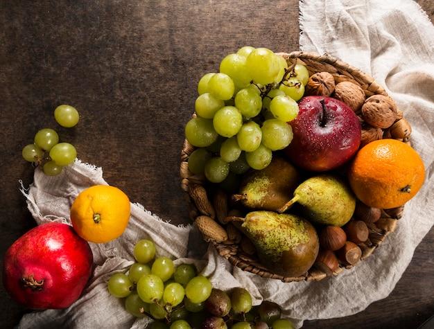 Vista superior del surtido de frutas de otoño