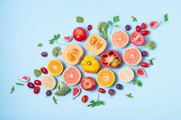 Vista superior surtido de frutas y verduras orgánicas