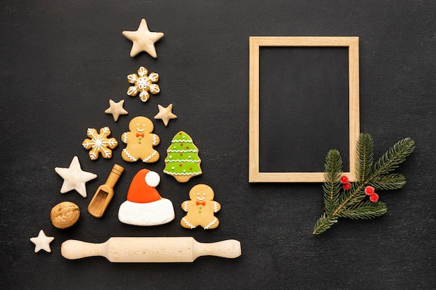 Vista superior surtido de galletas de jengibre de navidad con marco vacío