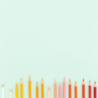 Vista superior surtido de lápices de colores con espacio de copia