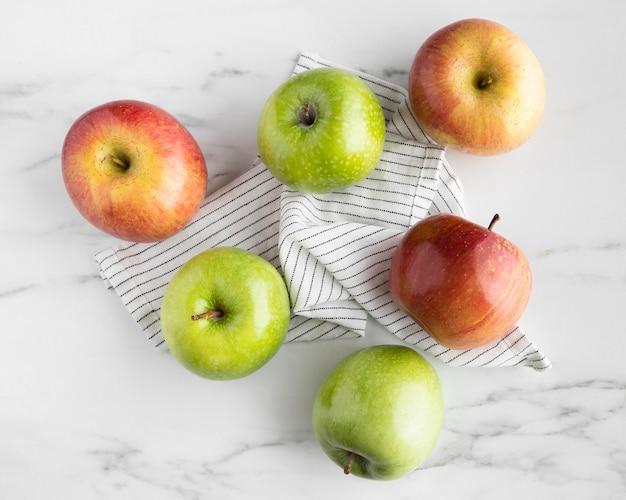 Vista superior del surtido de manzanas en la mesa