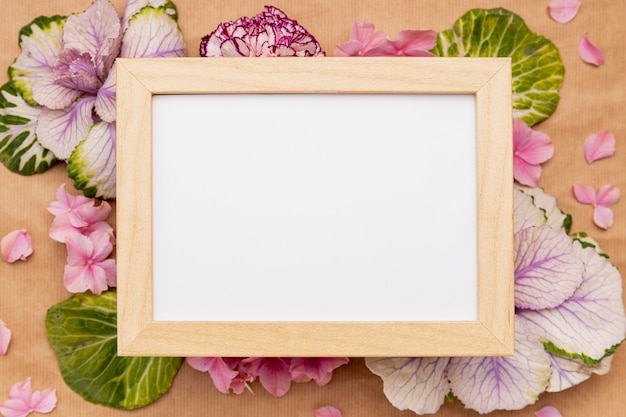 Vista superior surtido con marco y flores