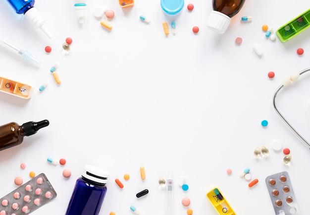 Vista superior de surtido de medicamentos y medicinas con espacio de copia