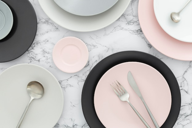Vista superior surtido de platos elegantes sobre la mesa