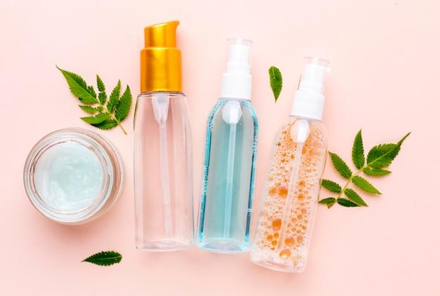 Vista superior de surtido de productos cosméticos.