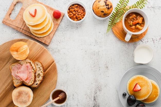 Vista superior surtido de productos para el desayuno