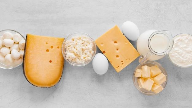 Vista superior surtido de productos lácteos