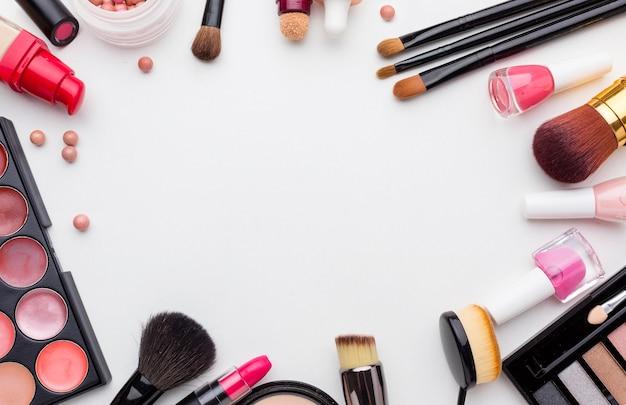 Vista superior de surtido de productos de maquillaje y belleza.