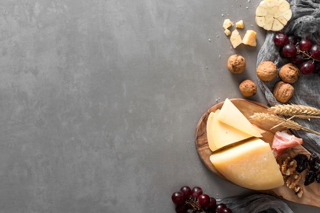 Vista superior de surtido de quesos con espacio de copia