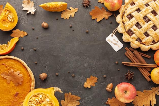 Vista superior surtido con sabrosos pasteles y hojas