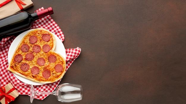 Vista superior del surtido de san valentín con pizza y espacio de copia