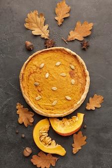 Vista superior surtido de tarta y hojas de otoño