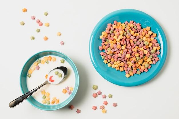 Vista superior surtido con tazón con leche y cereales