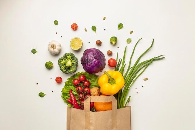 Vista superior del surtido de verduras en bolsa de papel