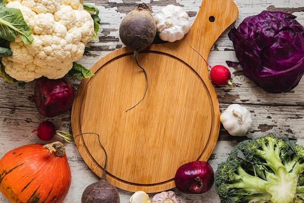 Vista superior surtido de verduras copia espacio tabla de cortar