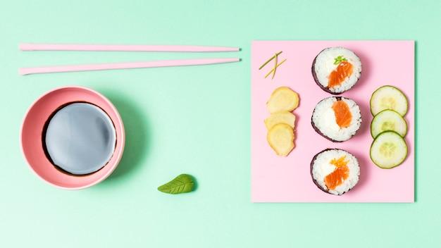 Vista superior sushi fresco y salsa de soja