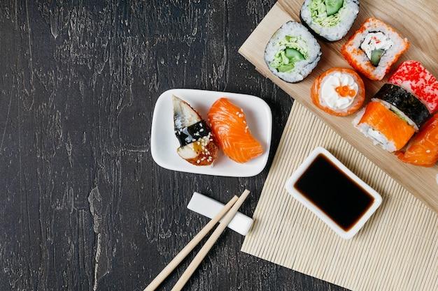 Vista superior de sushi japonés tradicional con espacio de copia