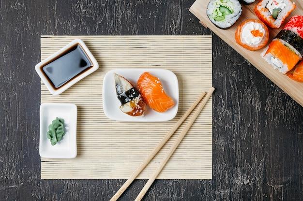 Vista superior de sushi japonés tradicional