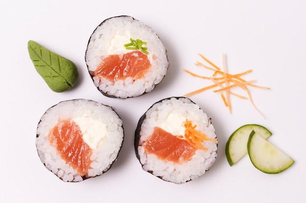 Vista superior de sushi con pescado crudo en la mesa