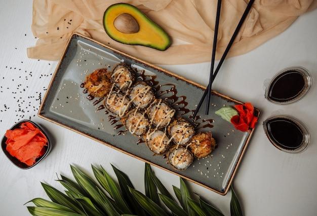 Vista superior de sushi de pescado frito