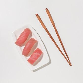 Vista superior sushi pescado con palillos