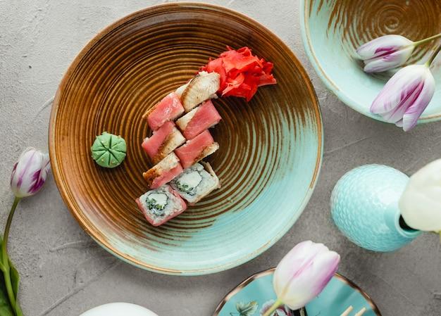 Vista superior de sushi de salmón