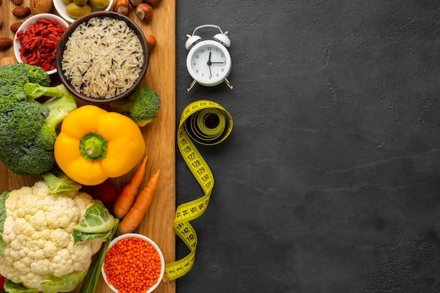 Vista superior de la tabla de cortar con comestibles