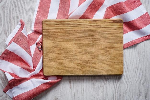Vista superior de la tabla de cortar de madera vacía