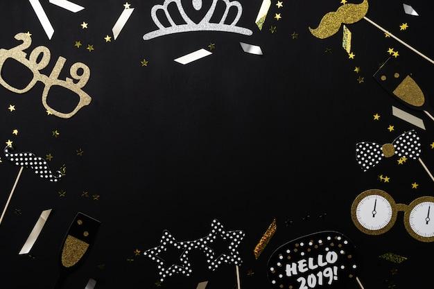 Vista superior de la tabla de las decoraciones de la feliz navidad y de los ornamentos de la feliz año nuevo 2019.