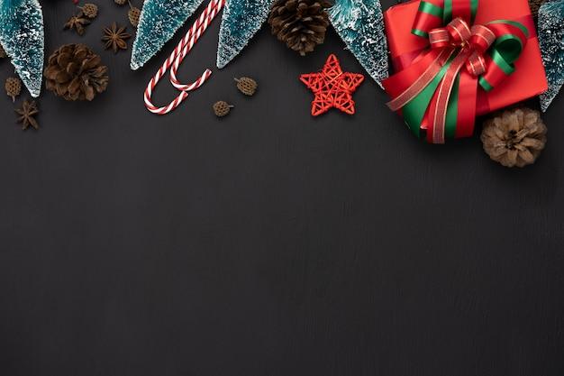 Vista superior de la tabla de las decoraciones de la feliz navidad y de los ornamentos de la feliz año nuevo.