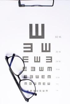 Una vista superior de la tabla optométrica con gafas, concepto de oftalmólogo