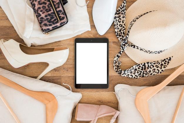 Vista superior tablet rodeada de accesorios