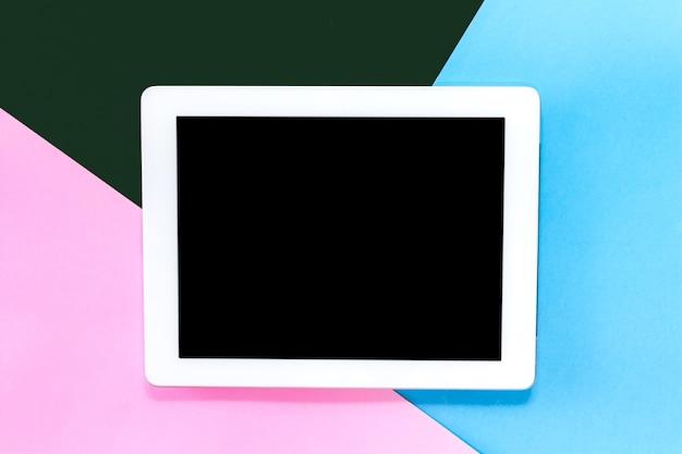 Vista superior de la tableta digital maqueta con pantalla en blanco