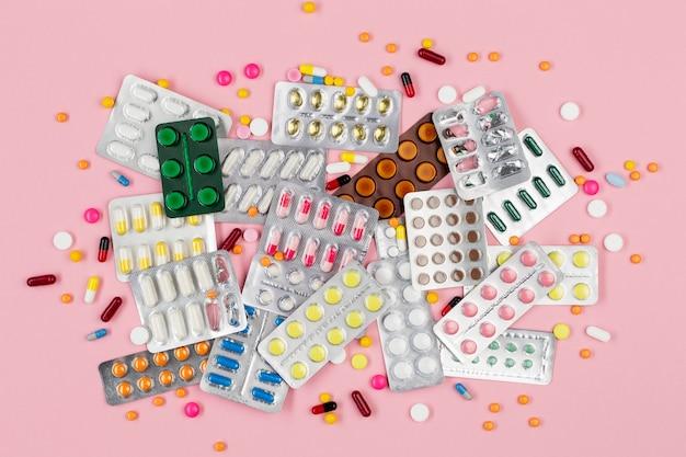 Vista superior tabletas con pastillas en el escritorio