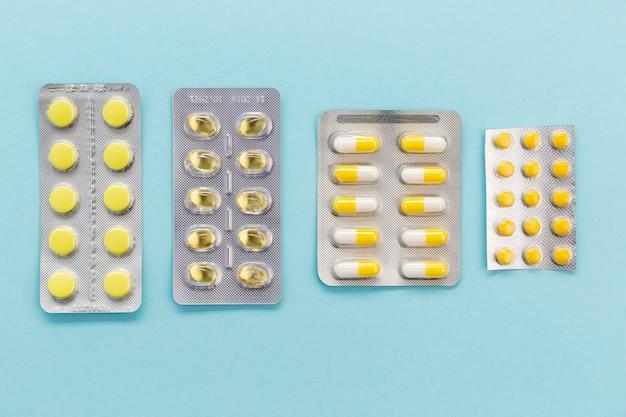Vista superior tabletas de pastillas en la mesa