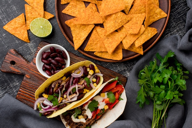 Vista superior tacos frescos con carne y verduras