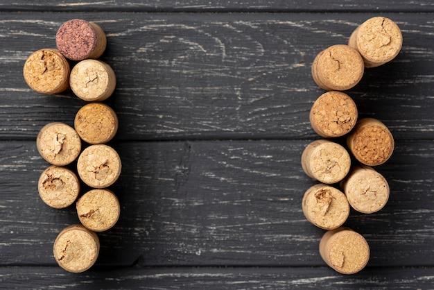 Vista superior tapones de vino alineados en la mesa