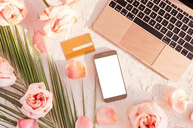 Vista superior de tarjeta de crédito y teléfono móvil con pantalla en blanco, compras en línea y concepto de pago