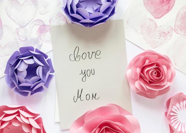 Vista superior de la tarjeta del día de la madre y flores.