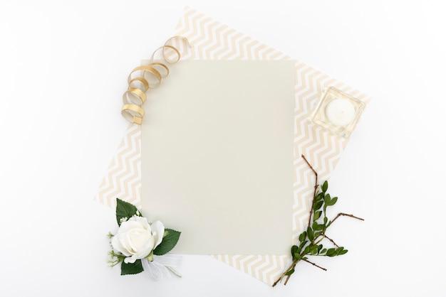 Vista superior de la tarjeta de felicitación de boda